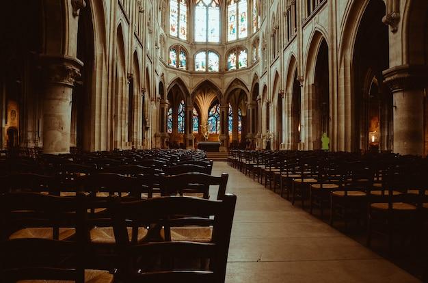 Im inneren einer mittelalterlichen kirche