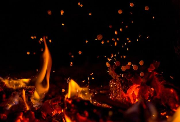 Im kamin brennt ein heißes rotes feuer hell