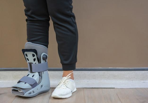 Im krankenhaus litten die patienten an einem knöchelbruch und mussten einen orthopädischen stiefel tragen.