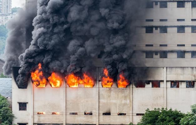 Im lagerhaus brach ein feuer aus und die feuerwehr löschte das feuer.