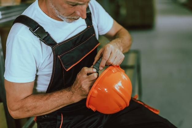Im lagerhausgebäude. mann bei der arbeit. manuelle arbeit.