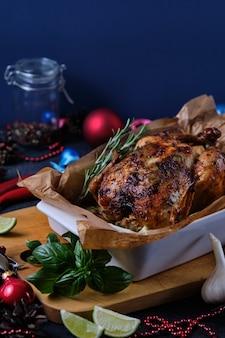 Im ofen gebackenes hähnchen mit gewürzen, zitrone und kräutern. ein gericht für weihnachten.