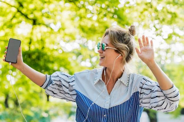 Im park tanzen und musik hören