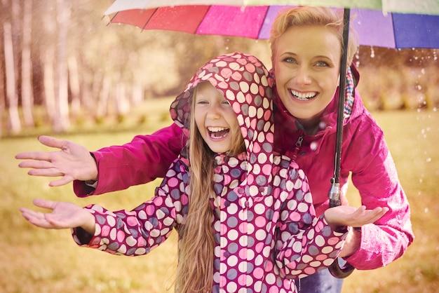 Im regen spazieren zu gehen kann ein großer spaß sein