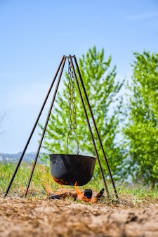 Im schwarzen kessel auf dem feuer brei vorbereiten.