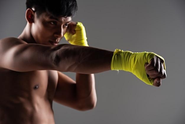 Im selektiven fokus der hand mit gelbem handschuh