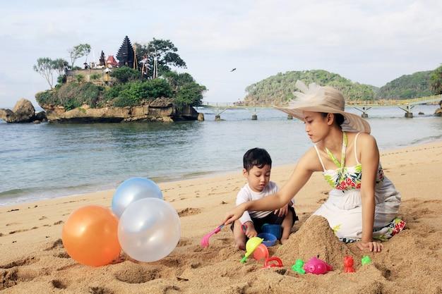 Im sommer am strand mit kindern spielen