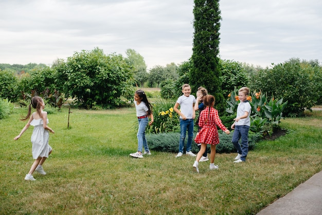 Im sommer läuft eine gruppe von schulkindern im park. glück, lebensstil