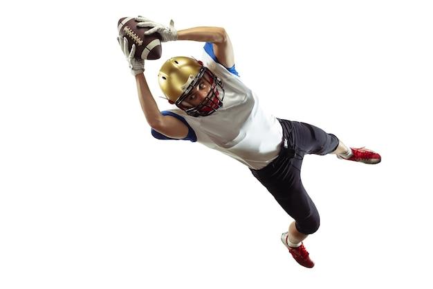 Im sprung, flug. american-football-spieler isoliert auf weißer studiowand mit exemplar.