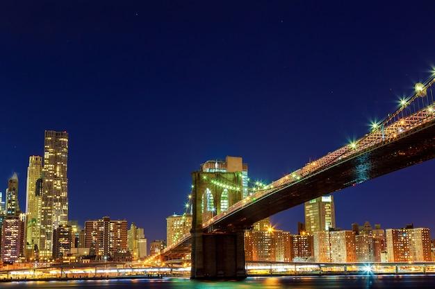Im stadtzentrum gelegene manhattan-nachtansicht vom brooklyn-brücken-park