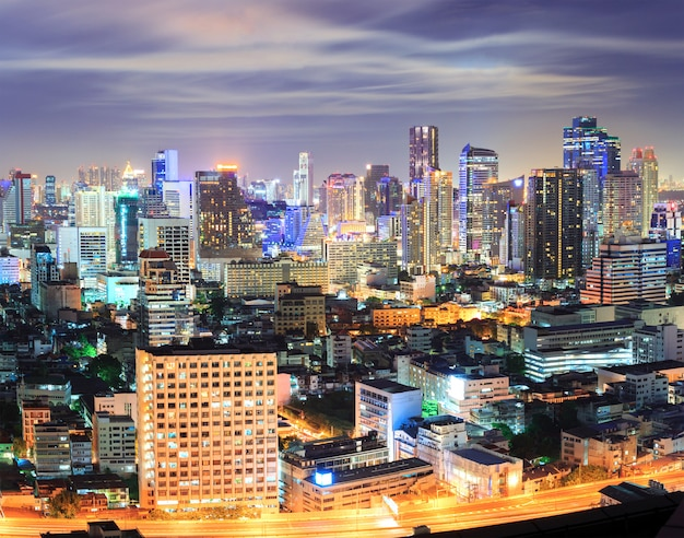Im stadtzentrum gelegene skyline bangkoks nachts