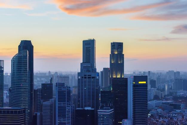 Im stadtzentrum gelegene wolkenkratzer singapurs bei sonnenuntergang