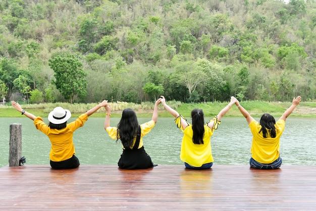 Im urlaub reisen vier frauen, um sich in der natur zu entspannen.