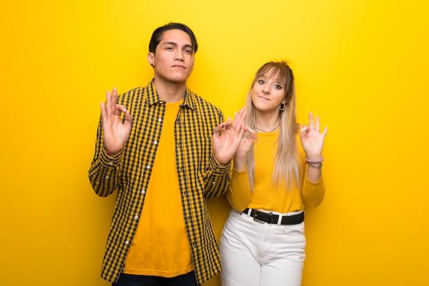 Im valentinstag junge paare über vibrierendem gelbem hintergrund in der zenhaltung