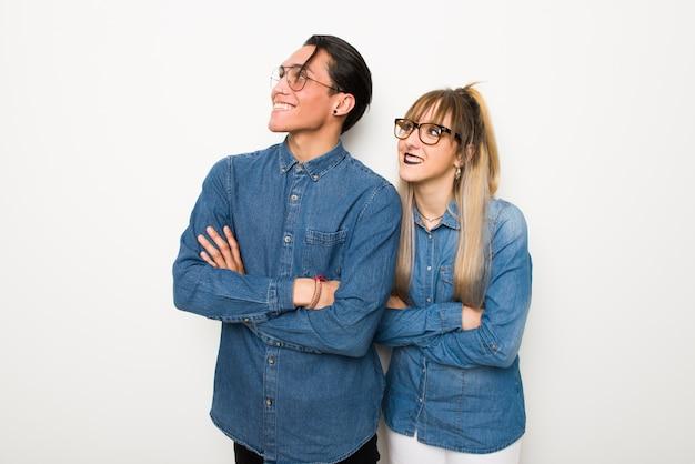 Im valentinstag junges paar mit brille beim lächeln lächelnd