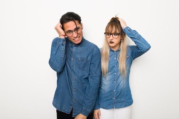 Im valentinstag junges paar mit brille mit einem ausdruck von frustration und verständnislosigkeit