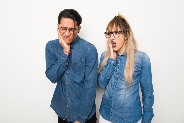 Im valentinstag junges paar mit brille mit zahnschmerzen