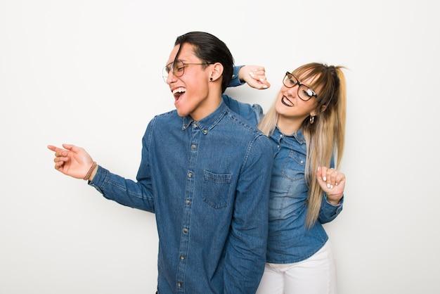 Im valentinstag junges paar mit brille tanzen, während sie auf einer party musik hören
