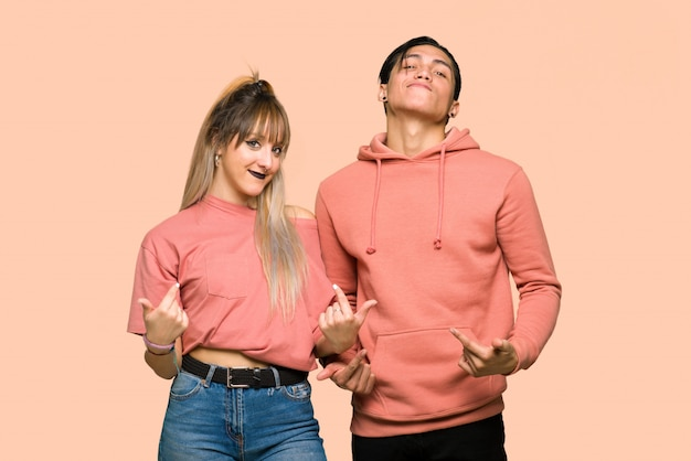 Im valentinstag junges paar stolz und selbstzufrieden in liebe sich konzept über rosa hintergrund