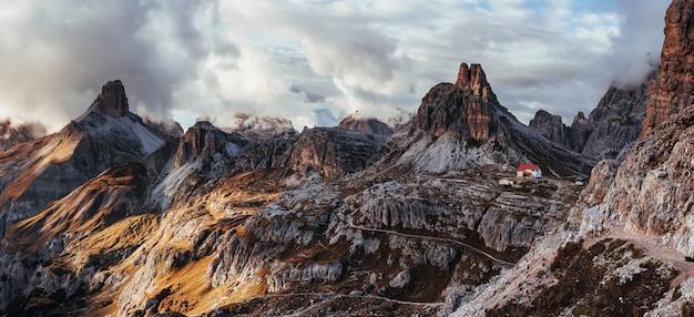Im wahrsten sinne des wortes am rande leben. touristische gebäude in den dolomiten. panoramafoto