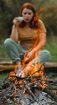 Im wald brennt starkes feuer. picknick- und ruhekonzept