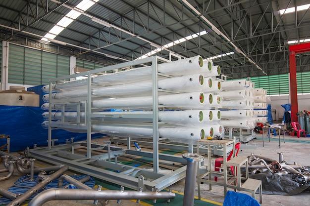 Im werkstattlager werden die stahlrohre gestapelt. hochgeschwindigkeits-extrusionslinie für wasserversorgung und gasleitung
