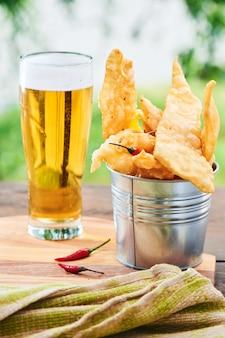 Imbiss zum bier reisig chile serviert in einem kleinen eiseneimer