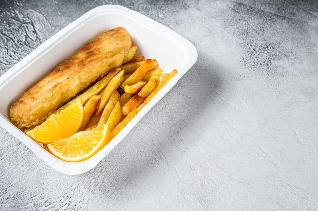 Imbissbox fish and chips-gericht mit pommes frites