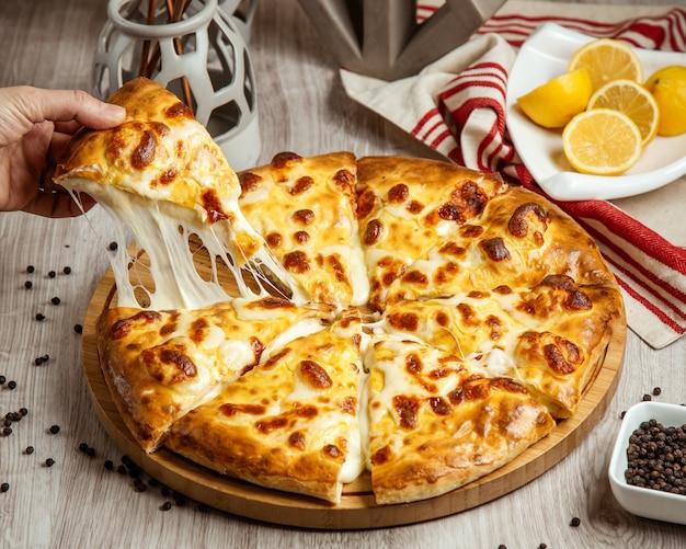 Imeretian khachapuri käse zitrone seitenansicht