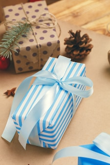 Immer bereit für weihnachten, geschenke einwickeln und dekorationen machen