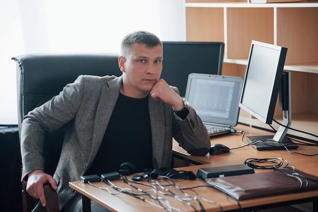Immer froh dich zu sehen. herzlich willkommen. der polygraph-prüfer arbeitet im büro mit der ausrüstung seines lügendetektors
