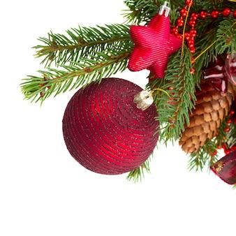 Immergrüner baum und rote weihnachtskugel isoliert