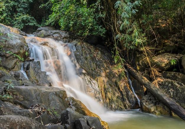 Immergrüner waldwasserfall in chanthaburi, thailand