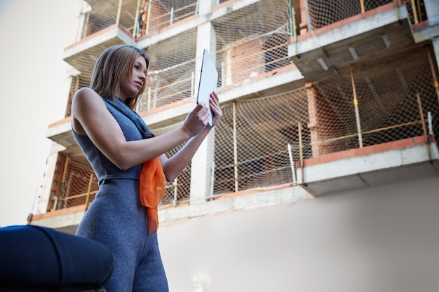 Immobilien der architektenfrau, die plan überprüfen