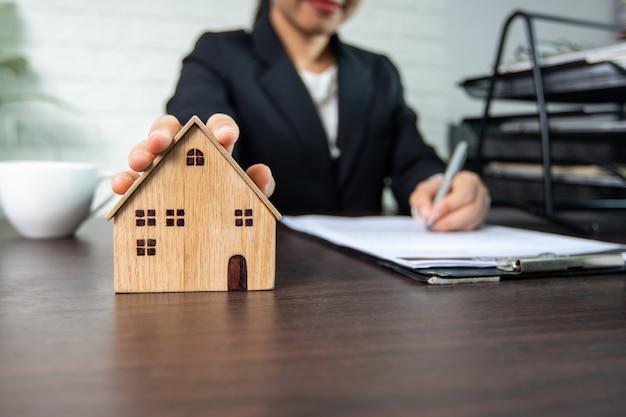 Immobilien und hausvertrag unterzeichnen, verkäufer und käufer von haus erfolgreich verhandeln und leistung zu vereinbarung und unterzeichnung auf papier