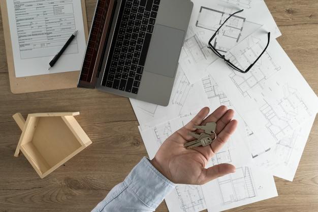 Immobilienagentur, die einen vertrag über einem hausschlüsselimmobilien-wohnungsbaudarlehen unterzeichnet