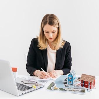 Immobiliengeschäftsfrau, die im büro arbeitet