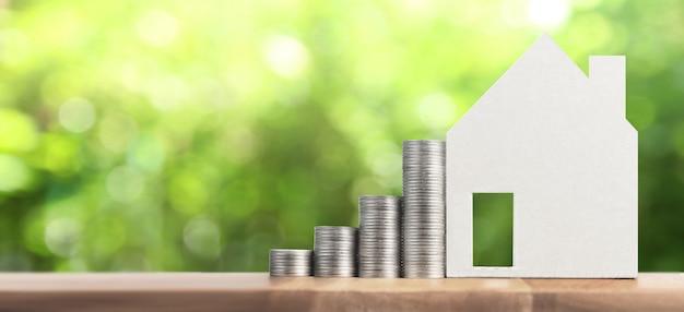 Immobilieninvestition und haushypothek finanzkonzept geldmünzstapel. geschäftshaus