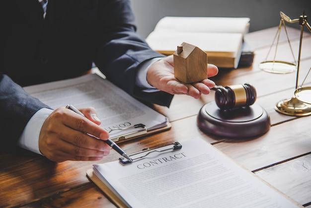 Immobilienkaufvertrag zwischen käufer und verkäufer.