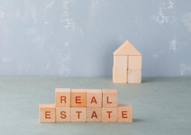 Immobilienkonzept mit holzklötzen mit worten