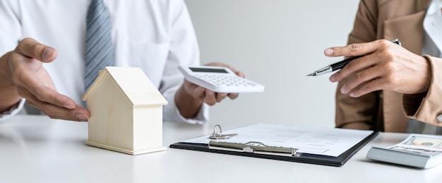 Immobilienmakler agent gespräch erreichen vertragsform präsentation und beratung des kunden