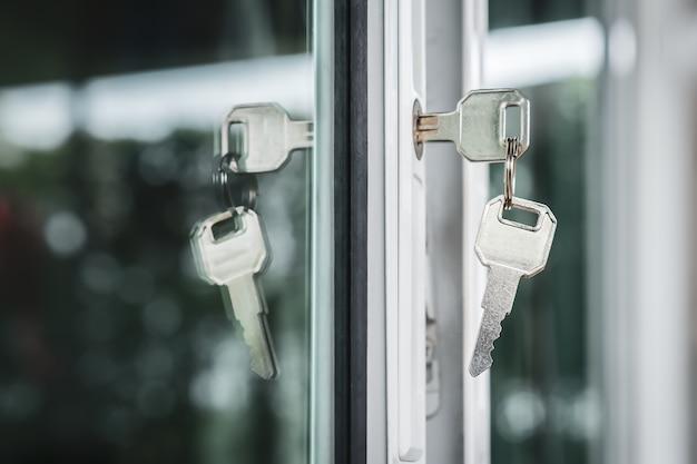 Immobilienmakler bieten haus