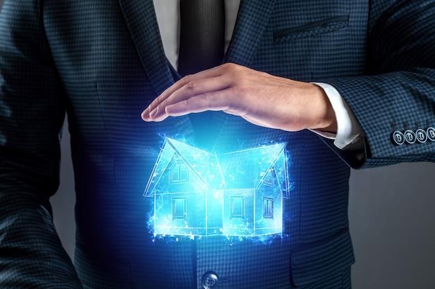 Immobilienmakler bietet ein haus, ein hologramm eines hauses