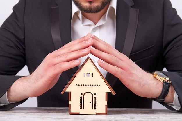 Immobilienmakler bietet ihnen ein neues haus