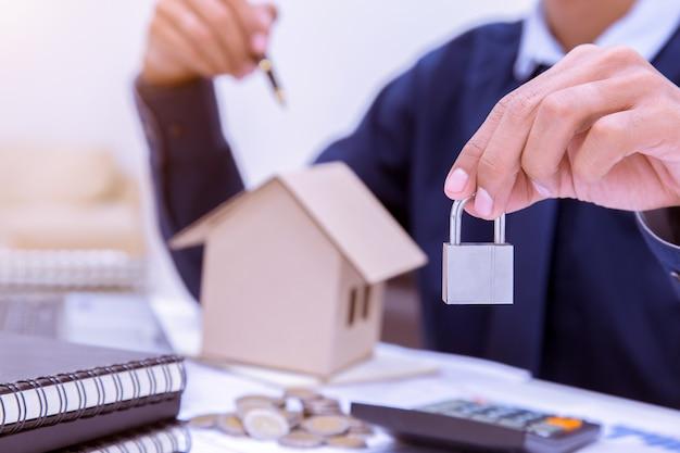 Immobilienmakler, der einen hausschlüssel überreicht.