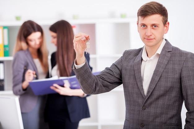 Immobilienmakler, der futur inhabern einen vertrag für hausinvestition darstellt