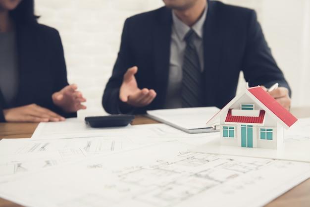 Immobilienmakler, der mit kunden sich berät