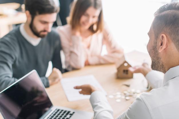Immobilienmakler, der mit kunden spricht