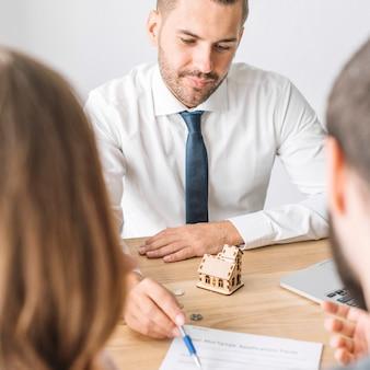 Immobilienmakler, der mit paaren spricht