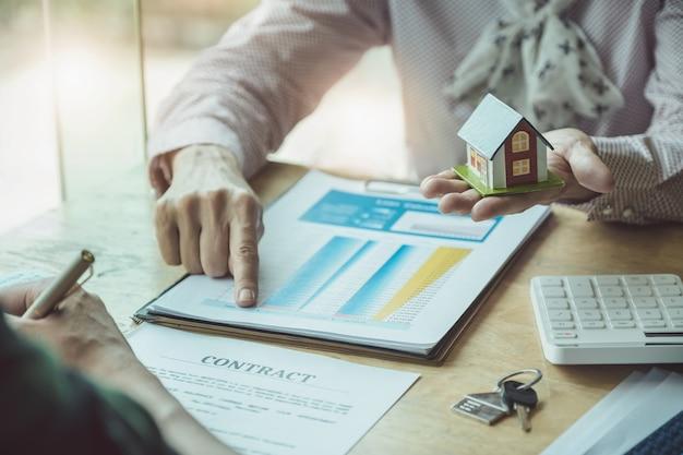 Immobilienmakler diskutieren über kredite und zinssätze für den kauf von häusern